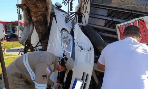 Homem fica ferido em acidente grave no norte do ES; carro ficou prensado entre árvore e carreta