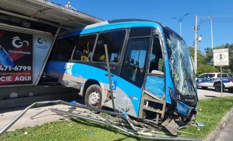 VÍDEO   Ônibus invade estação do BRT na Barra da Tijuca; 15 passageiros se feriram sem gravidade