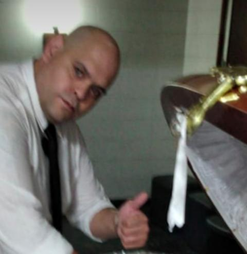 Funcionário de Funerária é demitido após publicar foto ao lado do caixão de Maradona