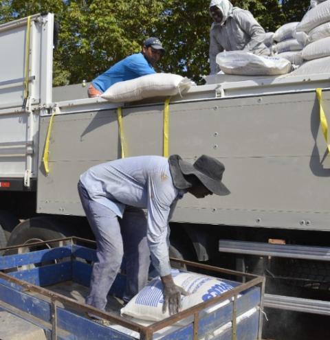 Prefeitura de Presidente Kennedy inicia distribuição de ração farelada aos produtores de leite do município