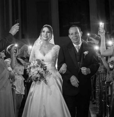 VÍDEO   Noiva entra em igreja iluminada por celulares após apagão e emociona internautas