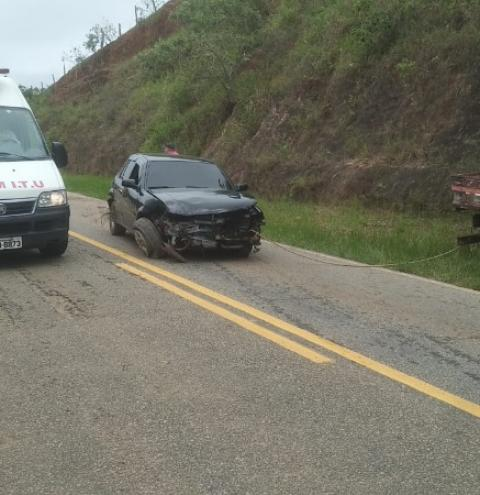 Motorista perde o controle de veículo e bate em barranco na ES-162 em São Paulo