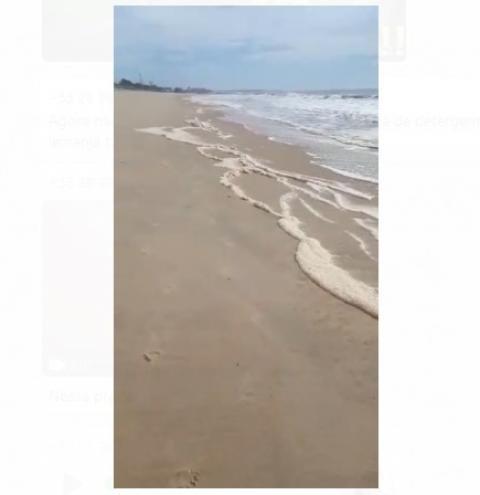 Vídeo | Espuma aparece nas praias de Presidente Kennedy; Entenda o fenômeno