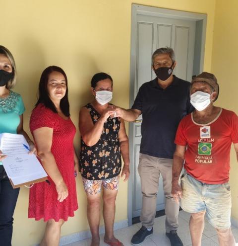 Prefeito Dorlei Fontão entrega casa popular na comunidade de Fazendinha