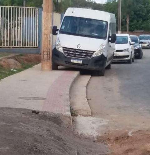 FLAGRANTE: Portadores de necessidades especiais reclamam de calçada e veículos estacionados